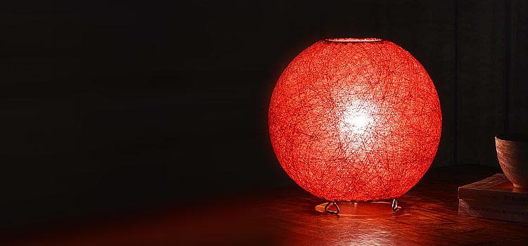 Красный самодельный светильник из ниток