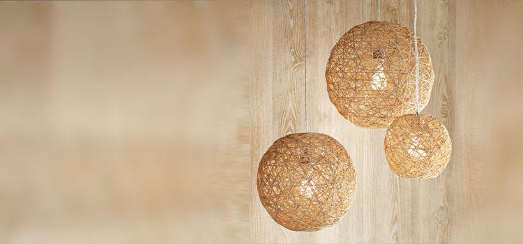 Композиция из нескольких шаров светильников из ниток